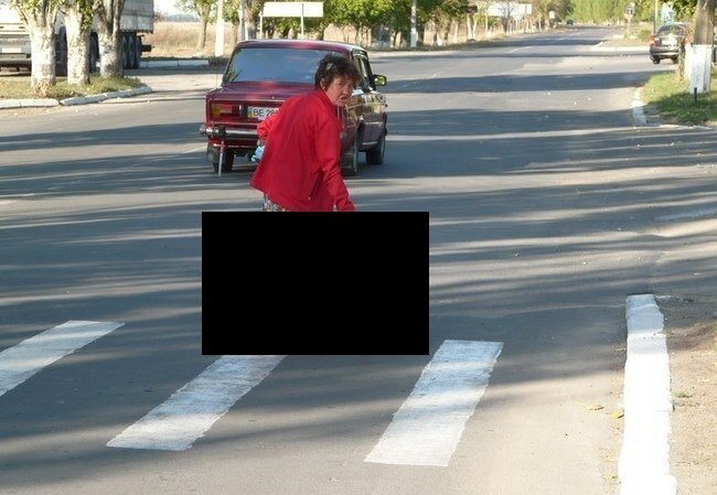 Женщина переходит дорогу (4 фото)
