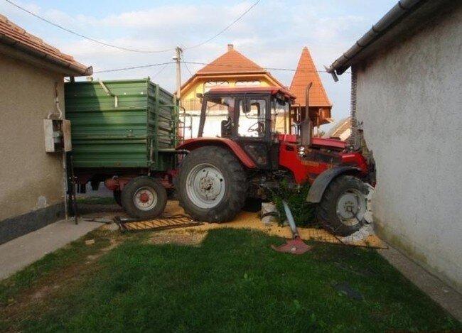 Лихач на тракторе (4 фото)