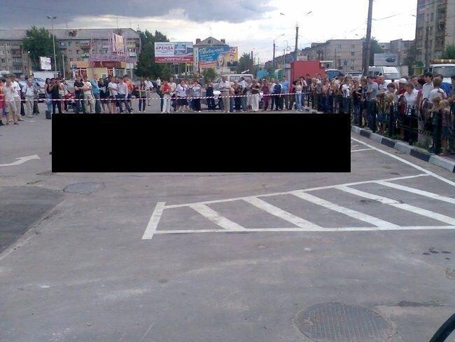Opel провалился под землю в Дзержинске (9 фото)