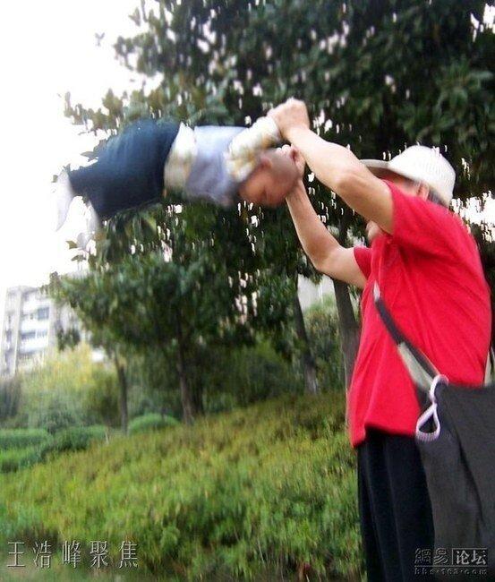 Китайский дедушка с внуком (7 фото)