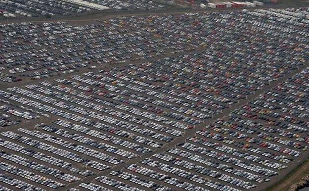 Непроданные авто во всем мире (13 фото)