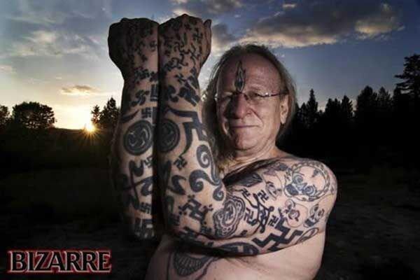 Татуированый свастиками (9 фото)