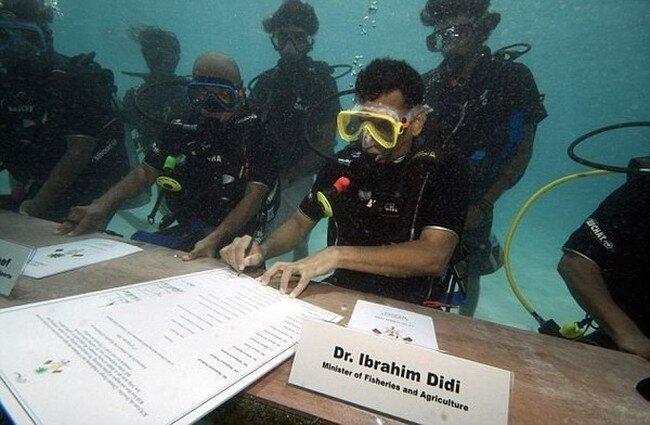 Министры под водой (5 фото)