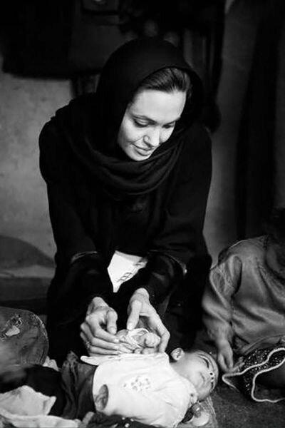 Анжелина Джоли в Афганистане (19 фото)