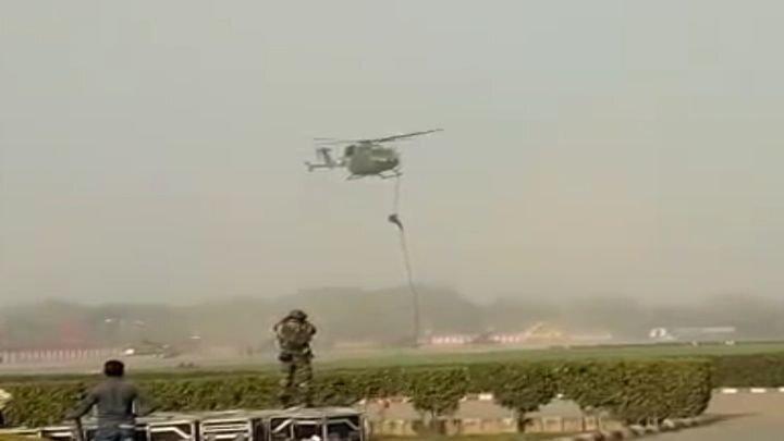 Индийские солдаты упали с вертолета во время тренировки