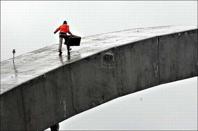 Проделки сумасшедшего на мосту (5 фото)