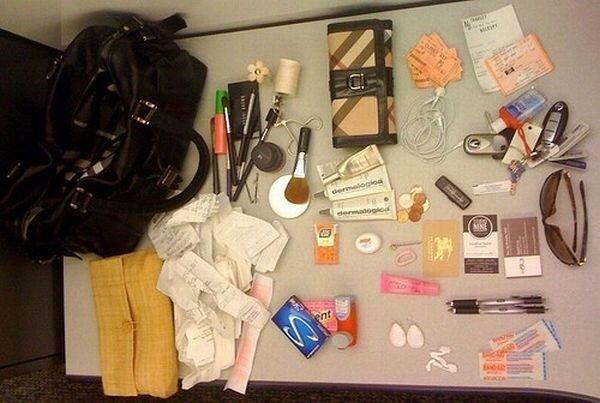 Что таит женская сумочка (13 фото)