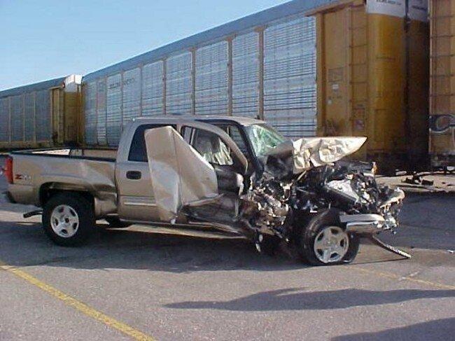 Столкновение поезда и автомобиля GM (20 фото)