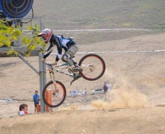 Велосипедист шокировал зрителей (4 фото)