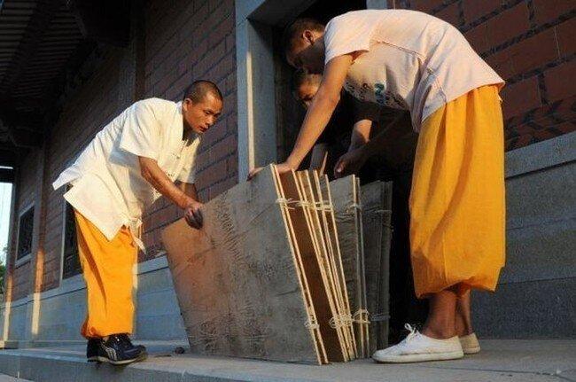 Как бегать по воде? Монахи Шаолинь показали. (5 фото)