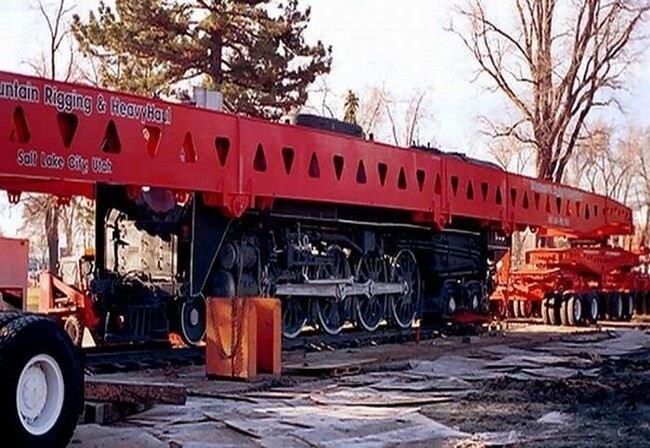 Как же перевозят локомотивы без рельсов? (5 фото)