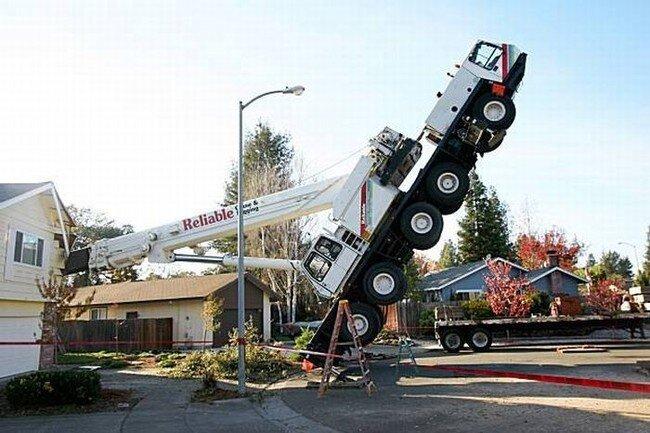 45-тонный кран упал на дом (6 фото)