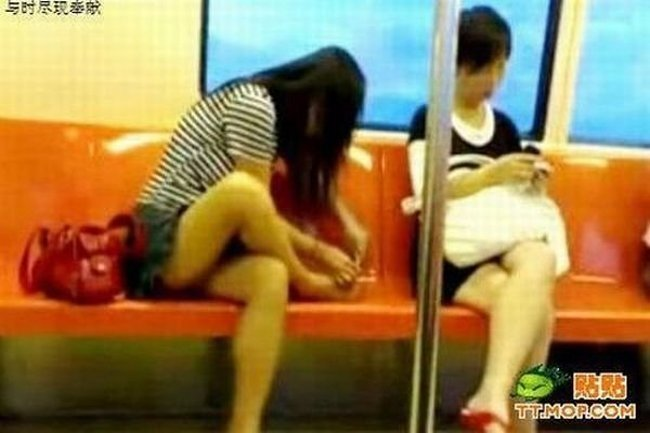 Педикюр в метро (7 фото)