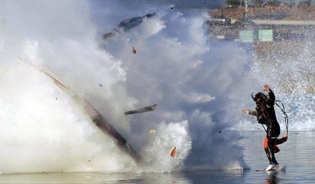 Лодка взорвалась во время гонок. (4 фото)