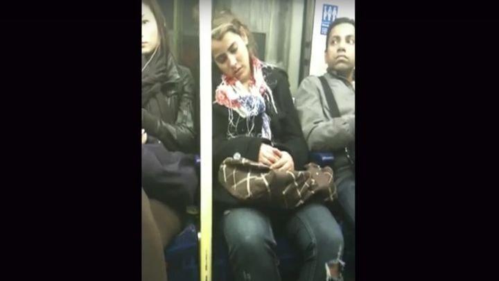 Неловко вышло: спящая девушка и незнакомец в метро