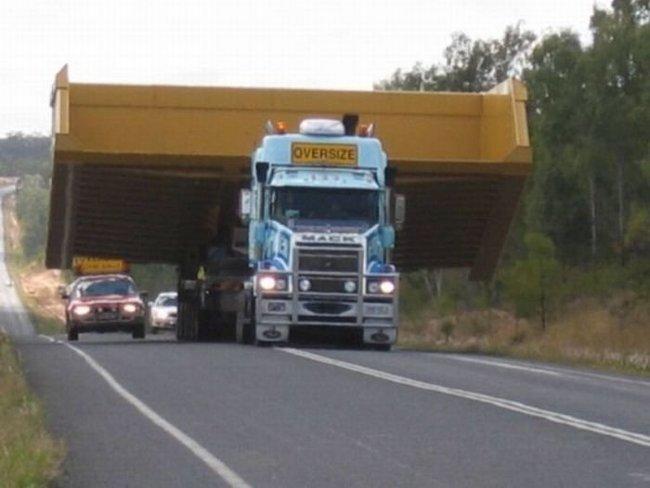 Этот грузовик не просто обогнать (4 фото)