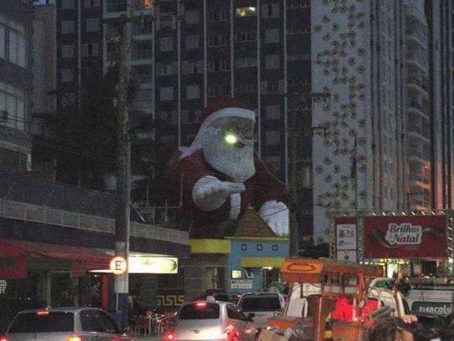 Бразильский Санта загорелся (9 фото)