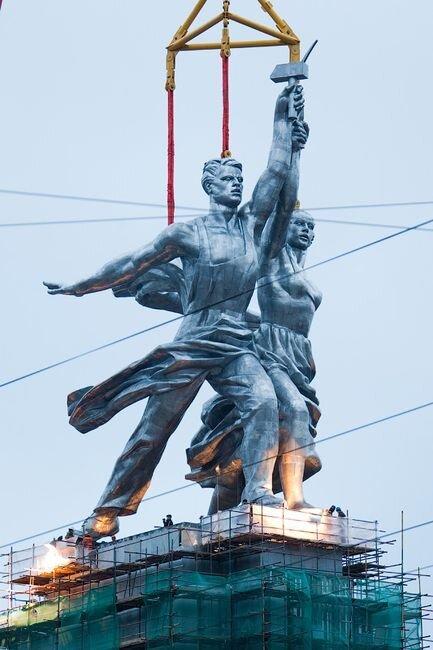 В Москве подняли памятник Рабочему и колхознице (13 фото)