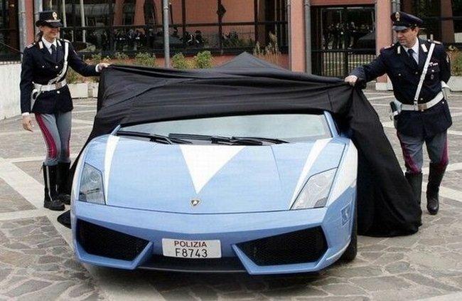 Итальянская патрульная машина Lamborghini Gallardo   попала в аварию (13 фото)