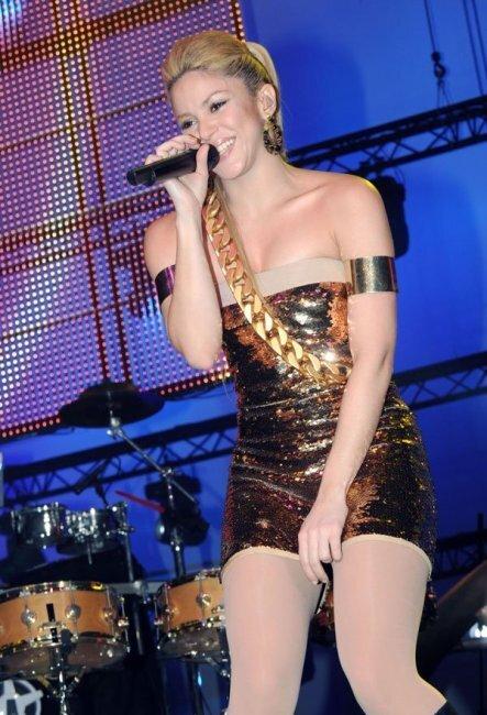 Шакира в золтых труселях (8 фото)