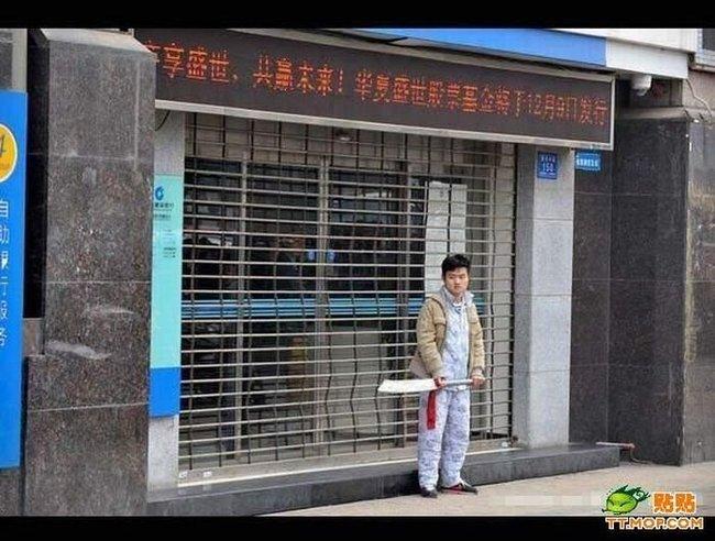 Очумевший китаец с мечом (13 фото)
