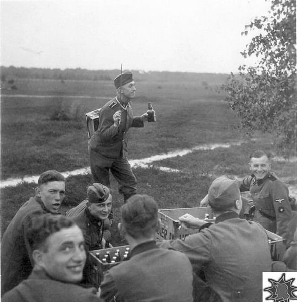 Веселье немецких солдат во время Второй Мировой Войны (24 фото)