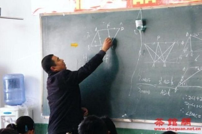 Учитель провел урок под капельницей (3 фото)