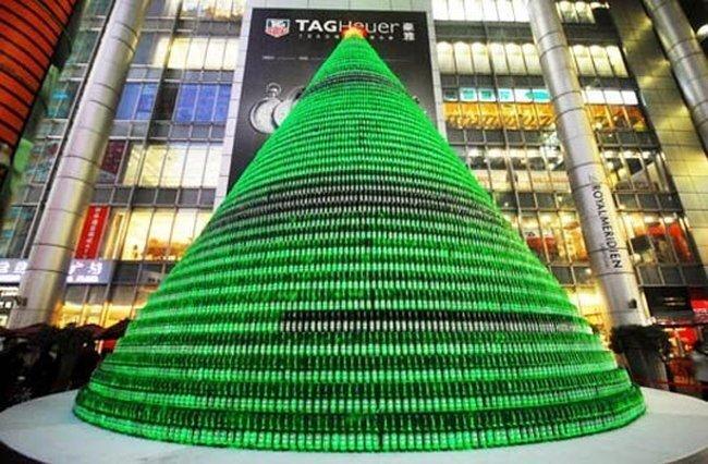 Ёлка из тысячи пивных бутылок (4 фото)