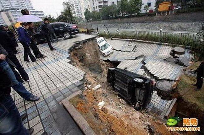 Обвал дороги в Китае (3 фото)