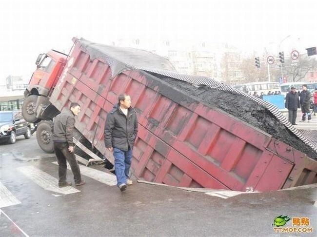 Грузовик провалился под асфальт (2 фото)
