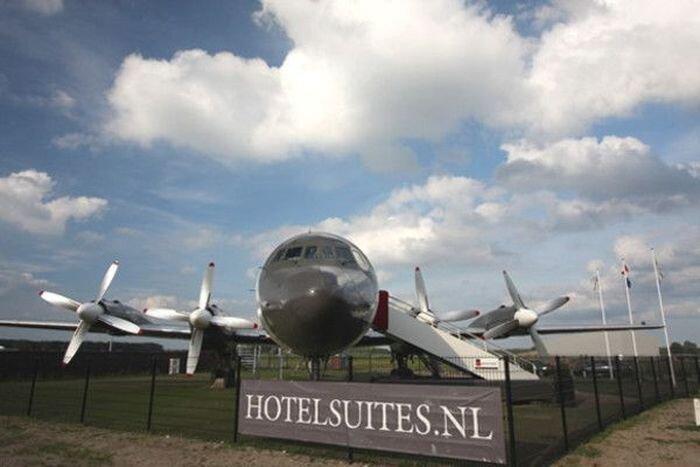 Отель в чреве военного самолета (7 фото)