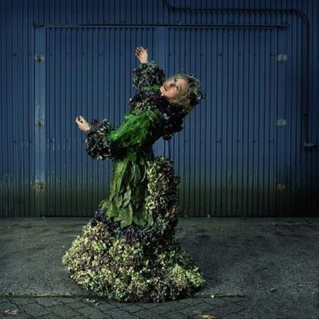 Платья из живых цветов (18 фото)