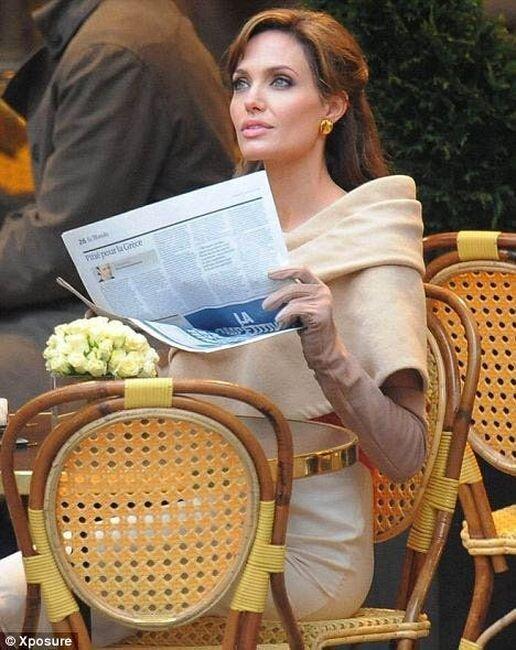 Джоли в первый съемочный день картины Турист. Сцена в кафе (4 фото)