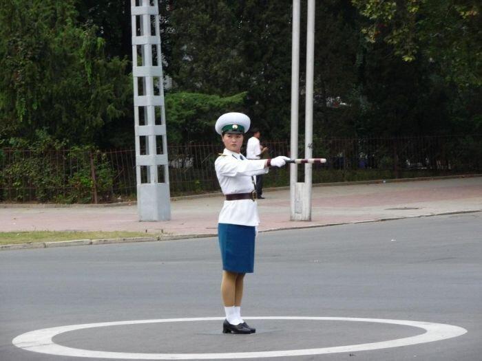 Молодые регулировщицы в Пхеньяне (56 фото+2 видео)
