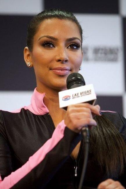 Kim Kardashian – Shelby American GT 350 Пресс-конференция в Вегасе (4 фото)