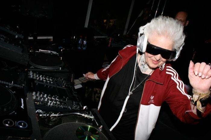 Старушка-диджей заводит посетителей ночных клубов (28 фото)
