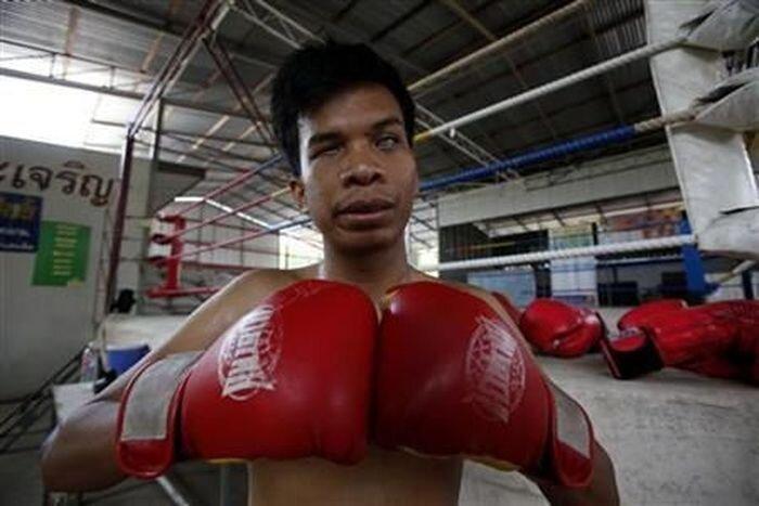 Слепой боксер из Таиланда (5 фото+2 видео)