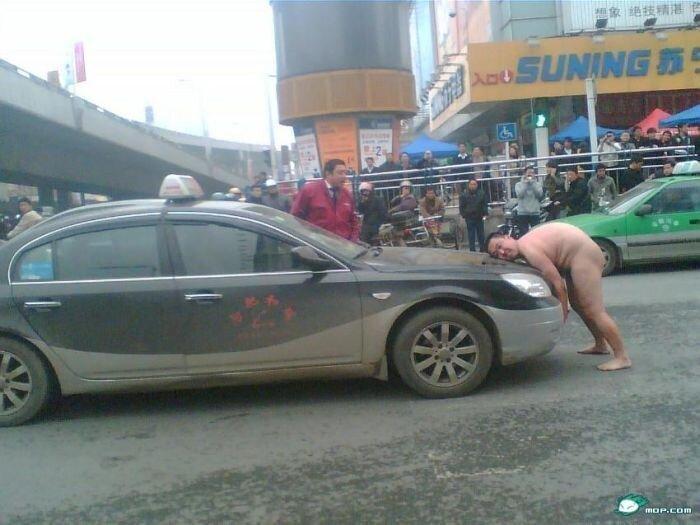 "Голый китаец ""напал"" на автомобиль (21 фото)"
