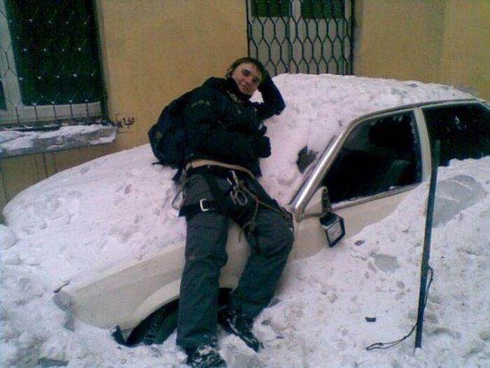 Промышленный альпинист разбивает машины и выкладывает их фото (15 фото)