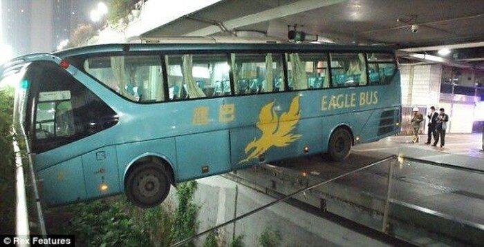 Автобус потерял управление (3 фото)