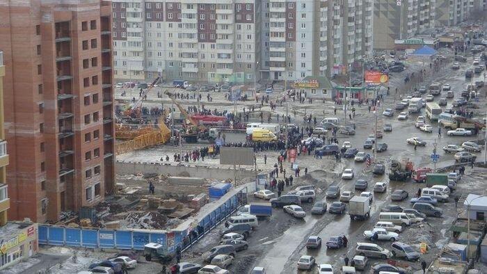В Красноярске рухнул башенный кран. (22 фото + 2 видео)