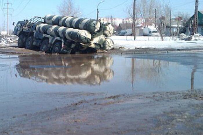 В дорожных ямах и грязи застрял… ракетный комплекс С-300 (2 фото+видео)
