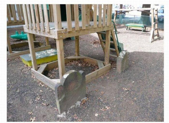 Детская площадка на могилке (5 фото)