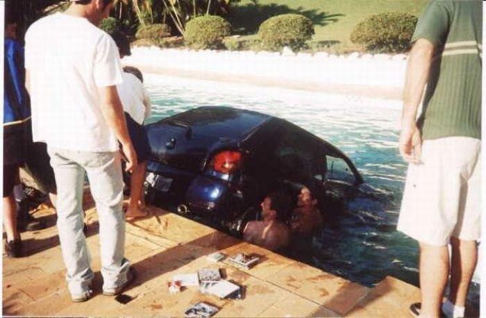 Искупали машину в бассейне (8 фото)