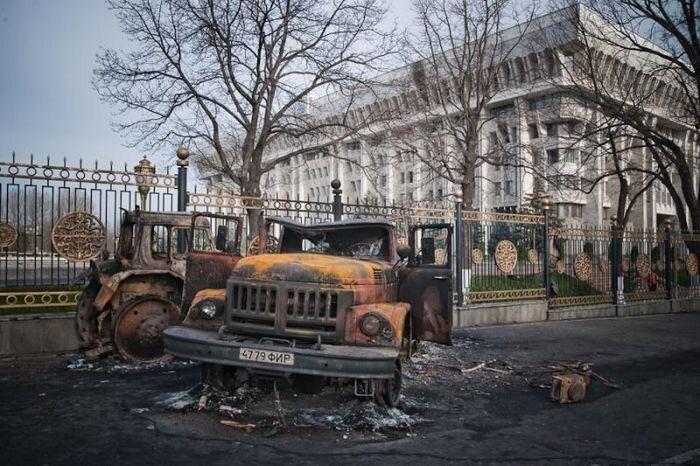 На следующий день после революции в Киргизии (87 фото)