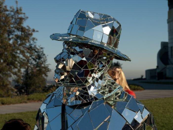 Уличный перфоманс «зеркального человека»  (15 фото)
