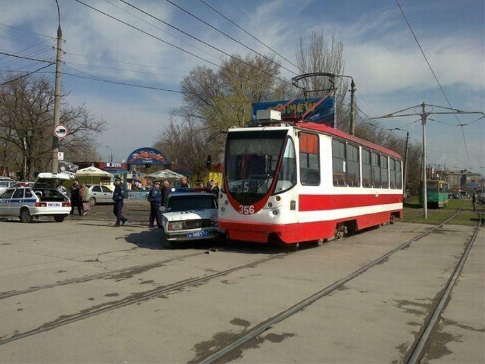 Забавное ДТП: Трамвай против ДПС (8 фото)