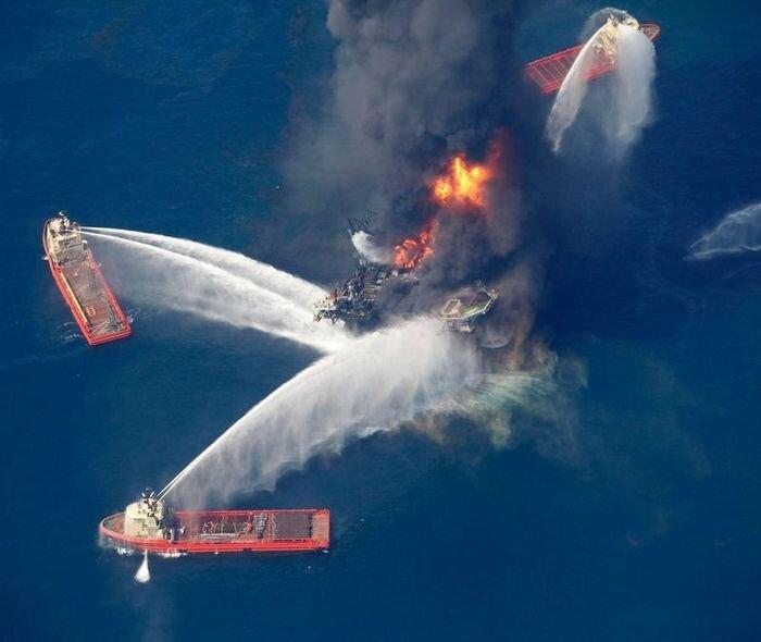 Пожар на нефтяной вышке (7 фото)