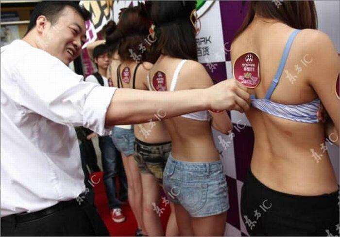 Растегиваем лифчики за денежный приз (8 фото)