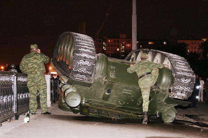 У стен Кремля перевернулся танк времен войны (10 фото)